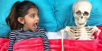 Niños malos – Esqueleto gigante irl johny johny yes papa cancion