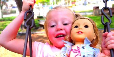 مضحك ستايسي ودمية اللعب في ملعب للأطفال