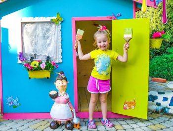 مسرح للأطفال والدهانات الملونة