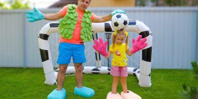 Nastya و بابا يلعب لكرة القدم مضحك